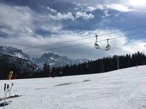 Beau jour pour le ski photographie stock libre de droits