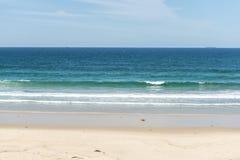 Beau jour sur la plage de caverne Photographie stock libre de droits