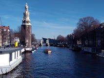 Beau jour sur les canaux néerlandais d'Amsterdam photos stock