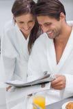 Beau journal de lecture de couples Images stock