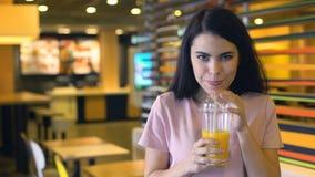 Beau jus d'orange potable femelle et sourire, cocktails frais de barre, vitamine clips vidéos
