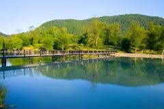 Beau lac avec la passerelle Photographie stock libre de droits