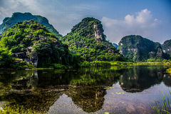 Beau lac avec la vue des montagnes Photographie stock libre de droits