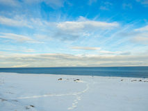 Beau lac avec le ciel bleu pendant l'hiver en Islande Image stock