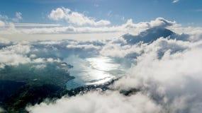 Beau lac Batur avec la brume photographie stock libre de droits