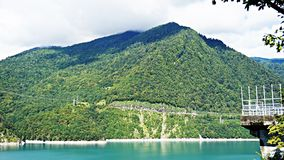 Beau lac bleu sur un barrage, une centrale hydroélectrique Image libre de droits
