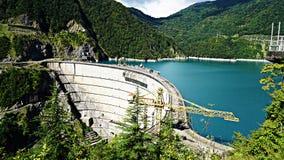 Beau lac bleu sur un barrage, une centrale hydroélectrique Photographie stock libre de droits