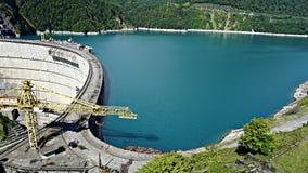 Beau lac bleu sur un barrage, une centrale hydroélectrique Images libres de droits