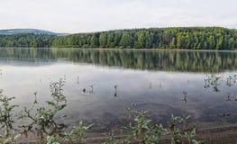 Beau lac calme au crépuscule Photo libre de droits