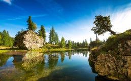Beau lac clair de l'eau pendant le début de la matinée dans les dolomites Photo libre de droits