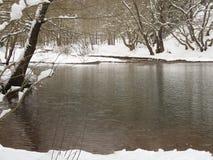 Beau lac congelé chez Karpenissi Grèce Images libres de droits