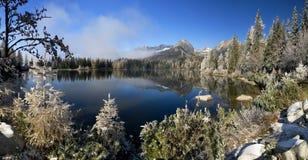 Beau lac dans le haut pleso de Tatras - de Strbske Photos libres de droits