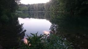 Beau lac dans le petits pays et ville Pologne Rudniki images stock
