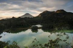 Beau lac dans le plateau de dieng, avec un fond de volcan de sindoro de bâti Photos stock
