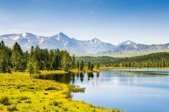 Beau lac dans les montagnes Altai, Russie Photo libre de droits
