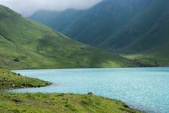 Beau lac de montagne au Kirghizistan Photographie stock libre de droits