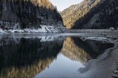 Beau lac de montagne d'artouste en montagnes se reflétantes d'aube de lever de soleil, Pyrénées, Frances Photographie stock