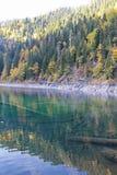 Beau lac entouré par des montagnes et des forêts en automne Malaya Ritsa, Abkhazie photo stock