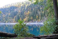 Beau lac entouré par des montagnes et des forêts en automne Malaya Ritsa, Abkhazie images libres de droits