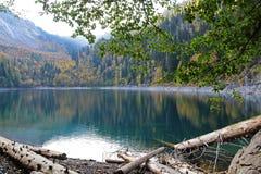 Beau lac entouré par des montagnes et des forêts en automne Malaya Ritsa, Abkhazie image stock