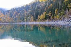 Beau lac entouré par des montagnes et des forêts en automne Malaya Ritsa, Abkhazie images stock