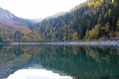 Beau lac entouré par des montagnes et des forêts en automne Malaya Ritsa, Abkhazie photos libres de droits