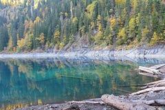 Beau lac entouré par des montagnes et des forêts en automne Malaya Ritsa, Abkhazie photographie stock
