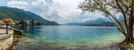 Beau lac italien d'omegna au cours de la période d'été Images stock
