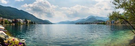 Beau lac italien d'omegna pendant l'été Image libre de droits