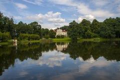 Beau lac parmi un complexe vert de parc et de palais Images libres de droits