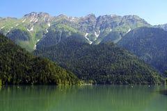 beau lac Ritsa de montagne en l'Abkhazie photographie stock