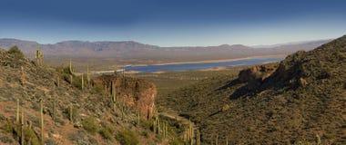 Beau lac roosevelt dans la traînée d'Apache Photos stock