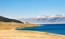 Beau lac Sailimu dans le Xinjiang, Chine Photographie stock