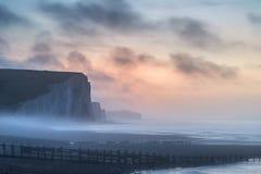 Beau LAN brumeux dramatique de falaises de soeurs du lever de soleil sept d'hiver Photo libre de droits