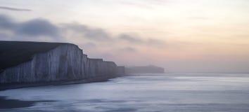 Beau LAN brumeux dramatique de falaises de soeurs du lever de soleil sept d'hiver Photos libres de droits