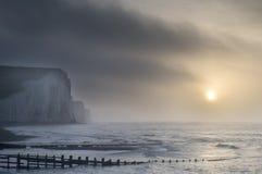 Beau LAN brumeux dramatique de falaises de soeurs du lever de soleil sept d'hiver Photographie stock libre de droits