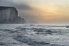 Beau LAN brumeux dramatique de falaises de soeurs du lever de soleil sept d'hiver Image stock