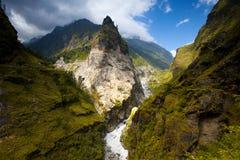 Beau lanscape de montagne avec le ciel dramatique Photographie stock