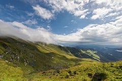 Beau lansdcape avec le ciel nuageux bleu en montagnes de Rodnei Image libre de droits