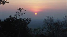 Beau laps de temps de coucher du soleil au-dessus de montagne et d'arbres en Thaïlande banque de vidéos