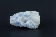 Beau Larimar en pierre semi-précieux sur un fond blanc Photo stock