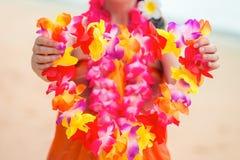 Beau Lei hawaïen floral dans les mains d'un plan rapproché image stock