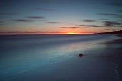 Beau lever de soleil à la mer baltique. Lever de soleil au-dessus de la mer. Chalupy, Pologne. Image libre de droits