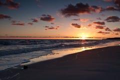 Beau lever de soleil à la mer baltique. Lever de soleil au-dessus de la mer. Chalupy, Pologne. Images stock