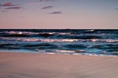 Beau lever de soleil à la mer baltique. Lever de soleil au-dessus de la mer. Chalupy, Pologne. Photo libre de droits