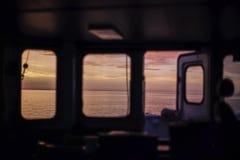 Beau lever de soleil à la mer baltique Vue de pont de navire de charge Pendant la montre de matin Fond photo stock