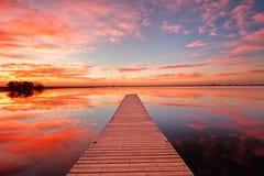 Beau lever de soleil au-dessus d'un dock de pêche du Colorado Image libre de droits