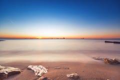 Beau lever de soleil au-dessus de l'horizon Image libre de droits