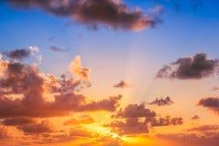 Beau lever de soleil au-dessus de l'horizon Images stock