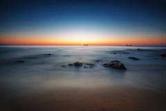 Beau lever de soleil au-dessus de l'horizon Photographie stock libre de droits
